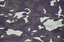 Beschaffenheit des Gewebes mit einer Tarnung gemalt in den Farben des Sumpfes ArmeeHintergrund Textilmuster der Militärtarnung Lizenzfreie Stockfotografie