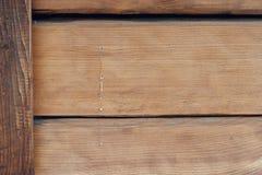 Beschaffenheit des Holzes mit fließfähigem Harz auf der Wand eines Hauses gemacht vom Holz Stockfotografie