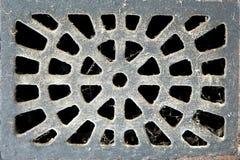 Beschaffenheit des Metallkanaldeckels der Straßenabwasserwelle Stockfotografie