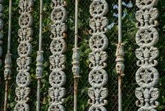 Beschaffenheit des Metalls von den grauen Stangen in einem geschmiedeten Muster und in einem Gitter auf einem Zaun stockfotos