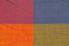 Beschaffenheit des multi Farbgewebes mit dem regelmäßigen Muster benutzt als Hintergrund Stockbild