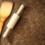 Beschaffenheit des natürlichen Bambuswebarthintergrundes mit Nudelholz und Spaten der Bratpfanne Lizenzfreie Stockfotografie