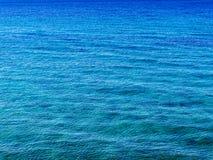Beschaffenheit des natürlichen Hintergrundes der blauen Oberfläche mit Kräuselung Katze ` s Tatzeneffekt auf Oberfläche von Meer lizenzfreie stockbilder