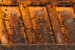 Beschaffenheit des rostigen Metalls Ein Fragment des Körpers des alten LKWs Stockbild