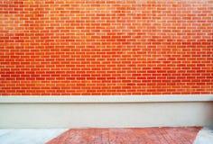 Beschaffenheit des roten Ziegelsteines und der Betonmauer Stockfotos