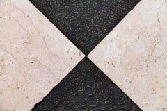 Beschaffenheit des Schwarzweiss-Steins, Fliesen ausgebreitet im Mosaik lizenzfreie stockbilder