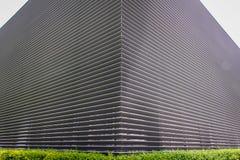 Beschaffenheit des Stahlbelüftungsgitters auf der Wand eines Gebäudes Lizenzfreies Stockbild