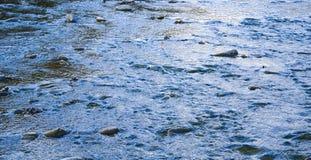 Beschaffenheit des Wassers Reflexion des Sonnenlichts auf dem Flusswasser stockfotografie