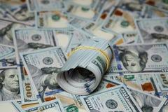 Beschaffenheit, die hundert Dollarscheine verschüttet Lizenzfreie Stockbilder