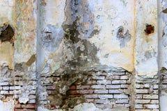 Beschaffenheit einer alten Backsteinmauer mit Spalten auf jeder Seite Stockbild