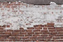 Beschaffenheit einer alten Backsteinmauer mit zerstörtem Gips Stockfoto