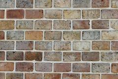 Beschaffenheit einer alten schädigenden dekorativen Backsteinmauer hergestellt von den Ziegelsteinen von verschiedenen Farben stockfotos