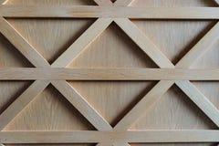 Beschaffenheit einer braunen Holztür mit den geraden und diagonalen Holzleisten stockfotos