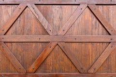 Beschaffenheit einer braunen Holztür mit den geraden und diagonalen Holzleisten lizenzfreies stockbild