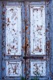 Beschaffenheit einer Holztür Eine Holztür mit Schalenfarbe Die alte Farbe klettert von der alten Holztür Beschaffenheit des Holze Stockfoto