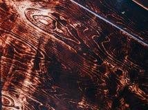 Beschaffenheit eines braunen Schnittes eines Baums mit einem Knoten von lackiert Weinlesehintergrund Abschluss oben lizenzfreie stockbilder