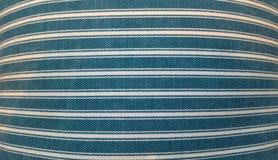Beschaffenheit eines Gewebes eines Kissens, Sofa, Bett, Hintergrund Schließen Sie oben, gestreifte, blaue und weiße horizontale L Lizenzfreies Stockbild
