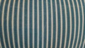 Beschaffenheit eines Gewebes eines Kissens, Sofa, Bett, Hintergrund Schließen Sie oben, gestreifte, blaue und weiße vertikale Lin Lizenzfreies Stockfoto