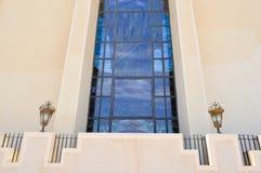 Beschaffenheit eines großen enormen blauen Glasfensters und der beige Steinwand in der ägyptischen orthodoxen christlichen Kirche lizenzfreies stockfoto
