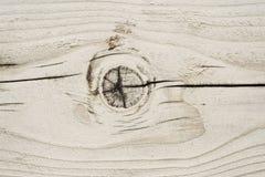 Beschaffenheit eines hölzernen Brettes mit einem Knoten und Sprüngen lizenzfreie stockbilder