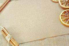 Beschaffenheit eines Leerbelegs einer Pappe mit Kreisen von Orange a Stockfotografie