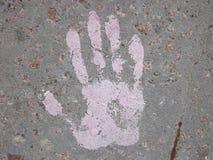 Beschaffenheit eines menschlichen Handdruckes auf der Betondecke Lizenzfreie Stockfotografie
