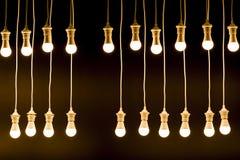 Beschaffenheit gemacht durch Glühlampen über dunklem Hintergrund Stockbild