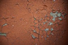 Beschaffenheit Hintergrund Alte Wand, gebrochene braune Farbe Graue Sprünge Stockfotos