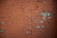Beschaffenheit Hintergrund Alte Wand, gebrochene braune Farbe Graue Sprünge Lizenzfreies Stockfoto