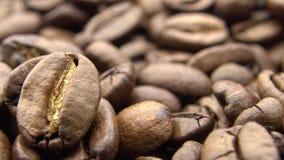 Beschaffenheit 4k von Röstkaffee-Bohnen Frischebestandteil für Kaffee zubereiten stock video footage