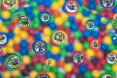 Beschaffenheit mit Farbbällen und -blasen Stockfoto