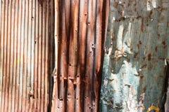 Beschaffenheit und rostiger Zinkhauszaunhintergrund Stockbilder