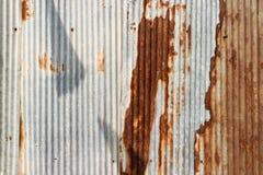 Beschaffenheit und rostiger Zinkhauszaunhintergrund Stockbild
