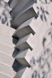 Beschaffenheit und Schatten auf Steinskulptur unter Leuchte Stockfotos