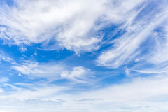 Beschaffenheit und Schicht weiße flaumige Wolken verbreiteten auf Rückseite des blauen Himmels stockbild
