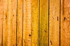 Beschaffenheit von alten hölzernen Planken mit gebrochener und geschmierter Farbe Stockfoto