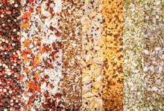 Beschaffenheit von bunten Gewürzen und Kräuter mischen Gruppe des farbigen Gewürzs Collage von verschiedenen Kräutern und von Gew stockfotos