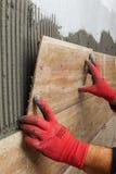Beschaffenheit von ceranic Dachdecker, der vorbei keramische Wandfliese in Position legt Stockfotos
