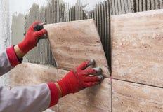 Beschaffenheit von ceranic Dachdecker, der vorbei keramische Wandfliese in Position legt Stockfoto
