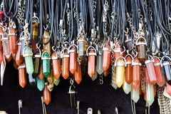 Beschaffenheit von den Halsketten gemacht mit Mineralkristallen lizenzfreies stockbild