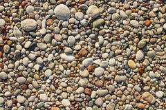 Beschaffenheit von kleinen Seekieseln und -steinen stockfotos