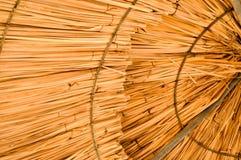 Beschaffenheit von natürlichen Sonnenschirmen des schönen Strohs vom Heu mit Mustern in einem tropischen Wüstenerholungsort, steh lizenzfreie stockfotografie