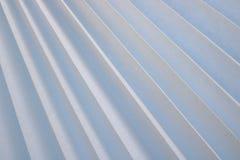 Beschaffenheit von Schrägstreifen mit einem Schatten, mit dreieckigen gebogenen Rippen, Ränder des hellen weißen Gewebes, Papier  Stockbilder