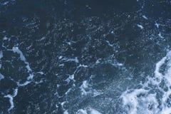 Beschaffenheit von Schwarzem Meer Blaue schaumige Oberfläche des Meerwassers Hintergrund geschossen von der AquaMeerwasseroberflä lizenzfreie stockfotografie