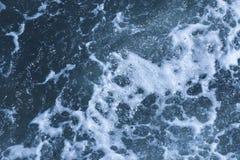 Beschaffenheit von Schwarzem Meer Hintergrund geschossen von der blauen schaumigen AquaMeerwasser-Oberfl?chenvogelperspektive Mar stockfotografie
