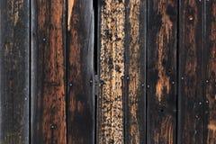 Beschaffenheit von verwitterten hölzernen Planken brannte auf Rändern Stockbilder