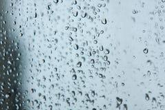 Beschaffenheit von Wassertröpfchen auf einer doppelten Scheibe oder einem Fenster Wellen der blauen Flamme stockbild