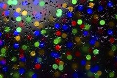 Beschaffenheit von Wassertropfen auf dem Glas Defocused Lichter durch ein nasses Fenster Lizenzfreies Stockfoto