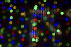 Beschaffenheit von Wassertropfen auf dem Glas Defocused Lichter durch ein nasses Fenster Stockbild