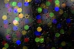 Beschaffenheit von Wassertropfen auf dem Glas Defocused Lichter durch ein nasses Fenster Stockbilder